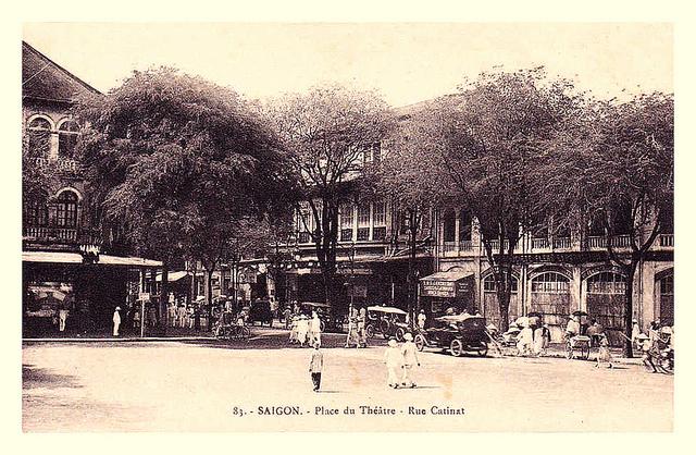 SAIGON - la place du théâtre, rue Catinat