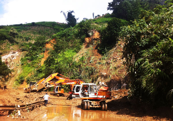 Work to fix Highway 4D after landslides continues. Photo by Lao Cai Newspaper