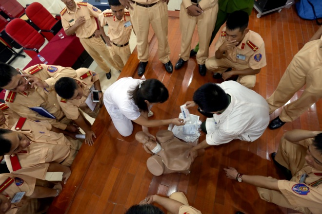 700 officers, almost young and male, of Hanois Traffic Police Division took part in a first-aid course this morning.