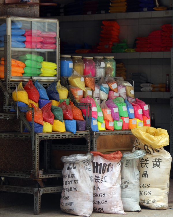 50-year-old-market-dices-with-death-in-central-saigon-10