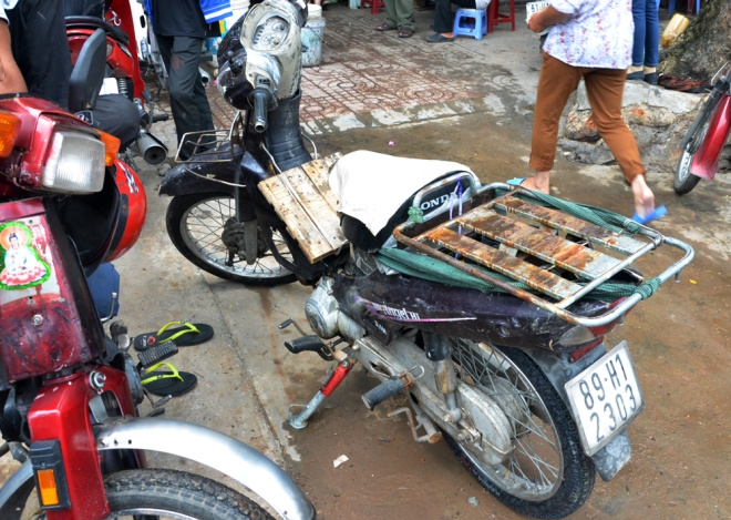 50-year-old-market-dices-with-death-in-central-saigon-7