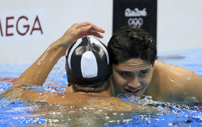 Michael Phelps (USA) of USA congratulates Joseph Schooling (SIN) of Singapore after Schooling won the gold. Photo by Reuters/Dominic Ebenbichler
