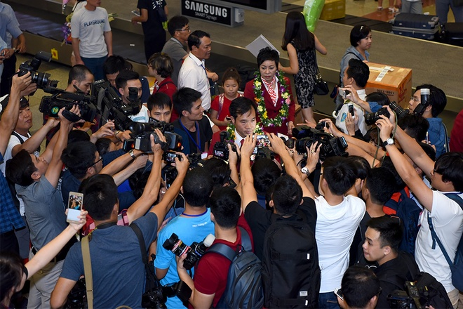 It took Vinh about an hour to get out from the arrival terminal as he and the shooting team were surrounded by the crowd.