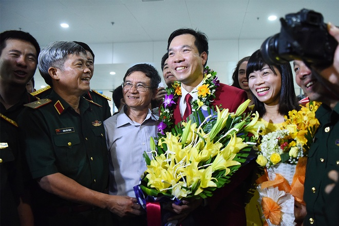 The shooter, a colonel in the army, receiving flowers from his leaders.