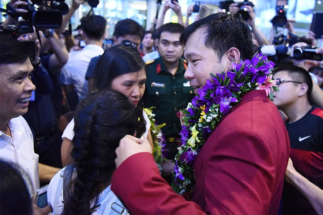 Vinh could only meet up with his wife and daughter after spending about an hour with media and fans.