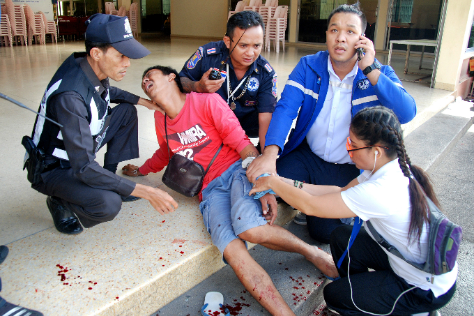 Injured people receive first aid after a bomb exploded on August 11, 2016 in Trang. Photo by Reuters