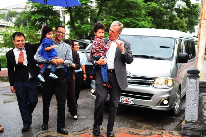 The U.S Ambassador to Vietnam Ted Osius, accompanied by his husband and two children, have visited Kim Lien Pagoda in Hanoi yesterday morning to celebrate Ghost Festival (Vu Lan) - a Vietnamese traditional event where living descendants pay homage to their deceased ancestors.