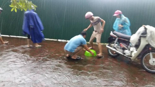 silver-linings-hanoians-go-fishing-in-the-streets-after-typhoon-dianmu-2