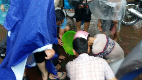 silver-linings-hanoians-go-fishing-in-the-streets-after-typhoon-dianmu-3