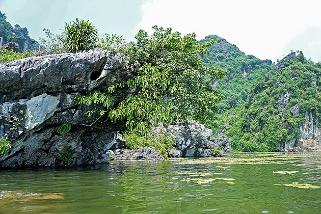 Like in Ha Long, the lake also has its limestone mountains named, such as Ban Co (chess board) Mountain, Mom Nghe (buffalo calfs mouth) Rock, Voi Phuc (kneeling elephant) Hill and Hoa Qua (fruit) Mountain.