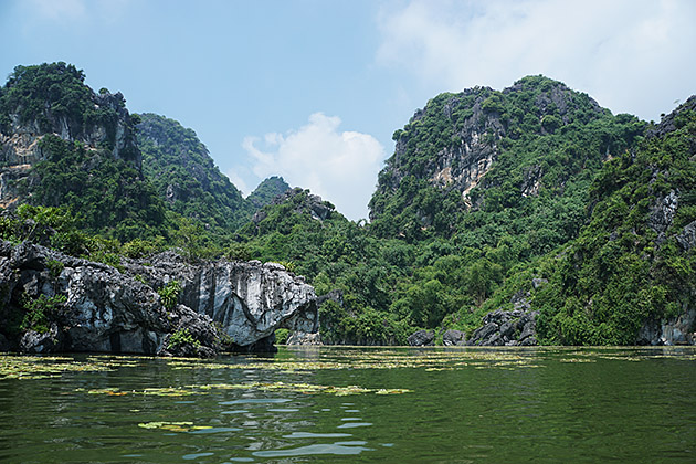 Travellers may try climbing to Hoa Qua, one of the biggest mountains around the lake, or palying some games on water in Quan Son.
