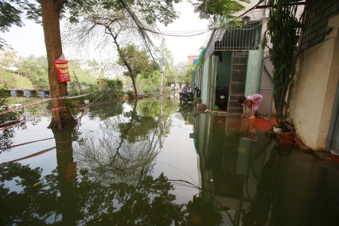 hanoi-houses-still-drowned-in-water-after-typhoon