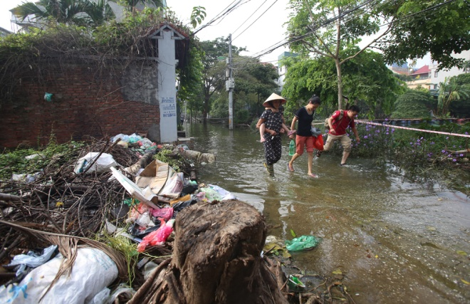 hanoi-houses-still-drowned-in-water-after-typhoon-9