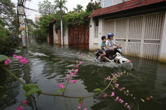 hanoi-houses-still-drowned-in-water-after-typhoon-3