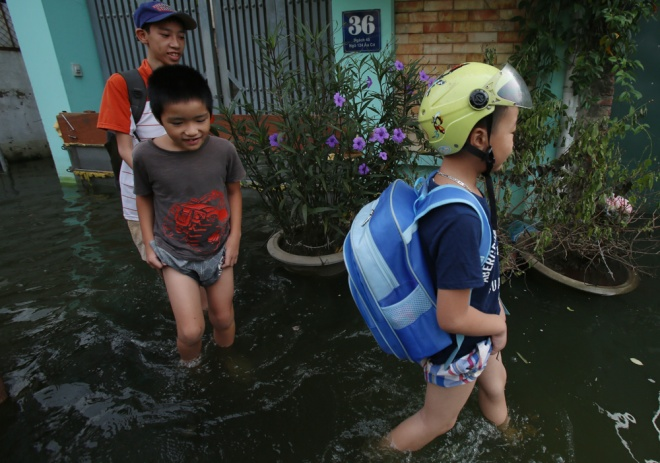 hanoi-houses-still-drowned-in-water-after-typhoon-4