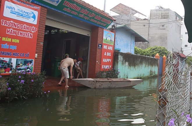 hanoi-houses-still-drowned-in-water-after-typhoon-5