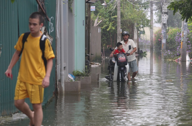 hanoi-houses-still-drowned-in-water-after-typhoon-6