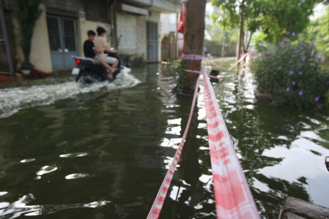hanoi-houses-still-drowned-in-water-after-typhoon-7