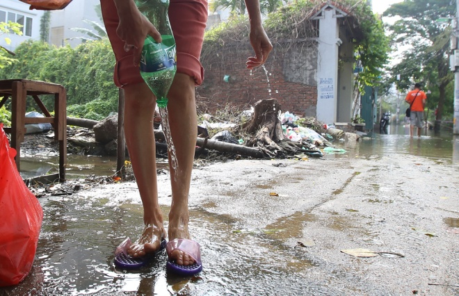 hanoi-houses-still-drowned-in-water-after-typhoon-8