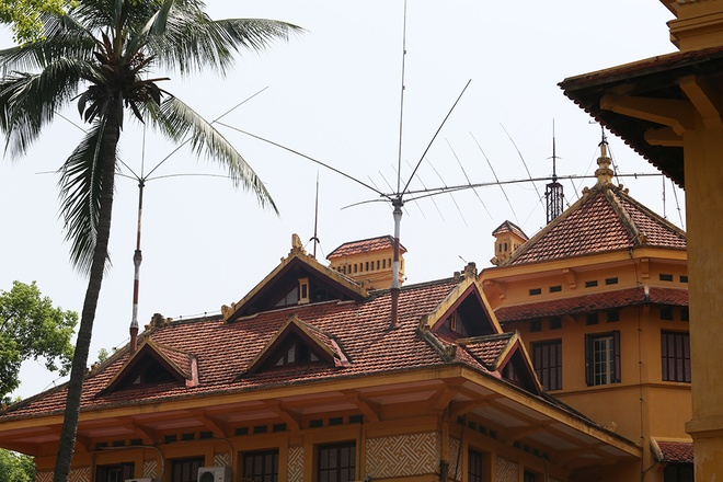 Indochina architecture, distinguished by carved screens and the roof beams influenced by Oriental temple design, was employed through roof system, especially central roof with multi-storied roofs, covering windows and hall roof. Photo by VnExpress/Ngoc Thanh