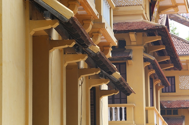 Balcony roofs, the line of roof along the mansion, tower roof, chimney roof and triangular roofs on top of each building also part of the roof system. Photo by VnExpress/Ngoc Thanh