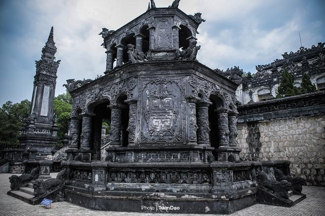 east-meets-west-at-vietnamese-emperors-tomb-3