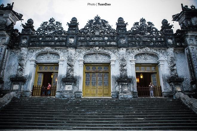 east-meets-west-at-vietnamese-emperors-tomb-5