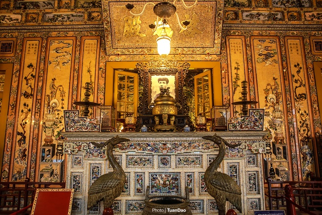 east-meets-west-at-vietnamese-emperors-tomb-6