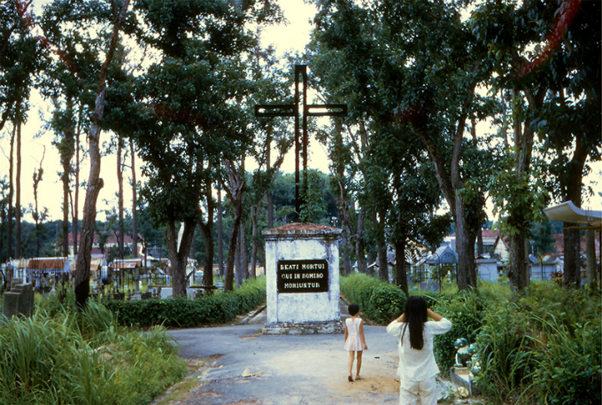 walking-with-the-ghosts-in-saigon-park-12