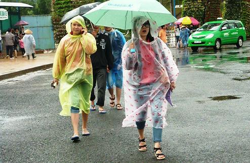 When raincoat and umbrella combine. Photo from Vitalk