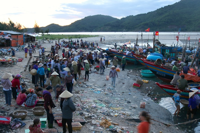 vietnamese-fishermen-remain-stuck-onshore-4-months-after-formosa-disaster-7