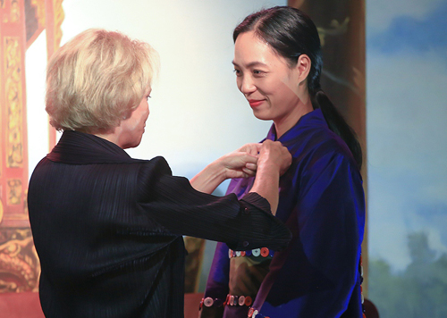 Nguyen Hoang Diep receives the medal from Frederique Bredin - President Frances National Center of Cinematography and the moving image.