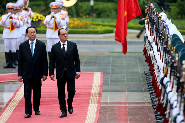 french-presidentfrancois-hollandearrives-in-hanoi-1