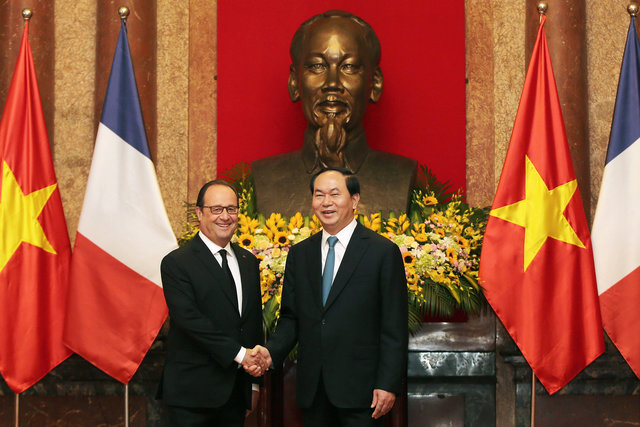 french-presidentfrancois-hollandearrives-in-hanoi-2