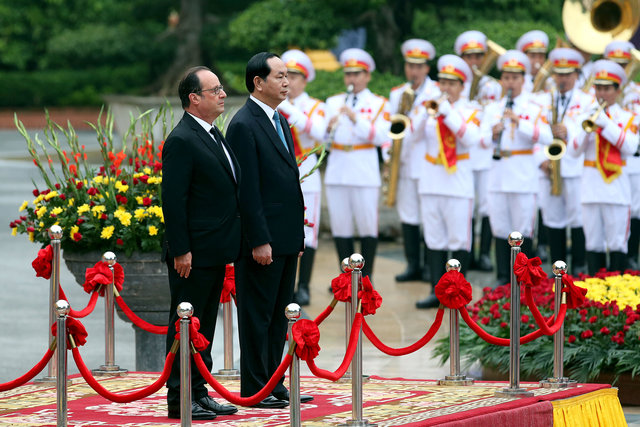 french-presidentfrancois-hollandearrives-in-hanoi