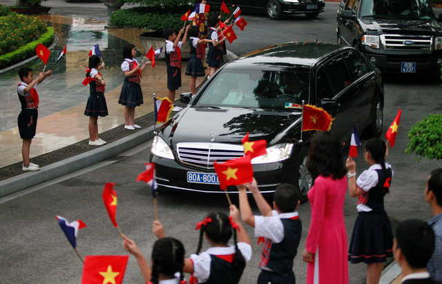 french-presidentfrancois-hollandearrives-in-hanoi-3