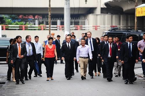french-president-walks-the-streets-of-hanoi
