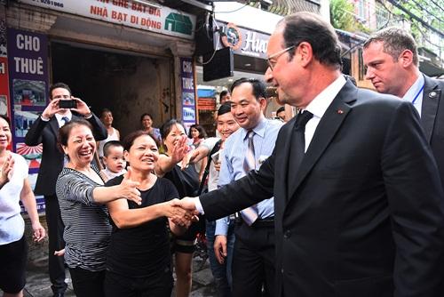 french-president-walks-the-streets-of-hanoi-3