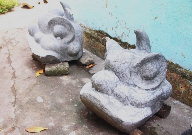 At the beginning this lunar month, the traditional lion workshops in Hue are all finishing their proud products and ready to ship them to customers. The lion head molds are made from cement. Layers of paper are then added. All the finishing steps are also taken on these molds.