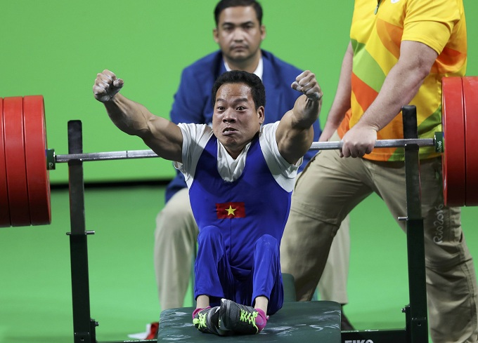 Le Van Cong celebrates after setting a new world record in the mens 49kg class. Photo by Reuters/Ueslei Marcelino
