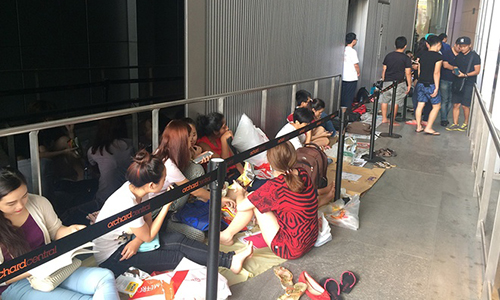 vietnamese-apple-fans-pay-people-in-singapore-to-buy-iphone-7s