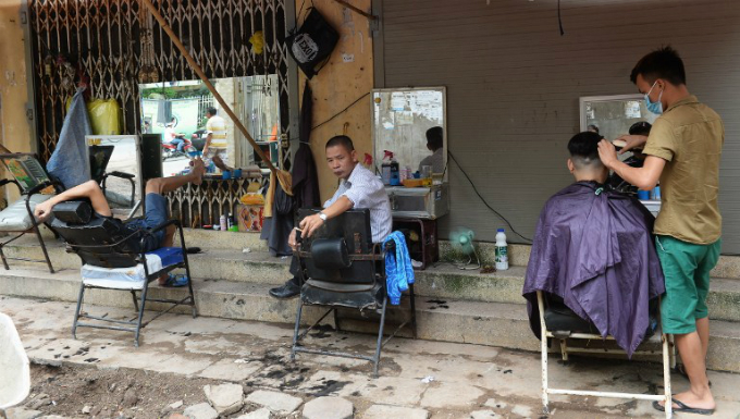 Hanois streetside barbers. Photo by AFP/Hoang Dinh Nam