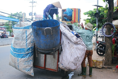 in-search-of-treasure-from-trash-rivalry-gears-up-among-saigon-waste-collectors