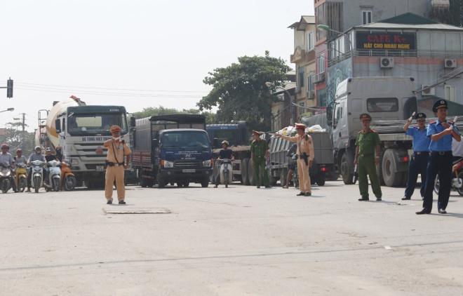minor-accident-causes-severe-traffic-jam-in-hanoi-9