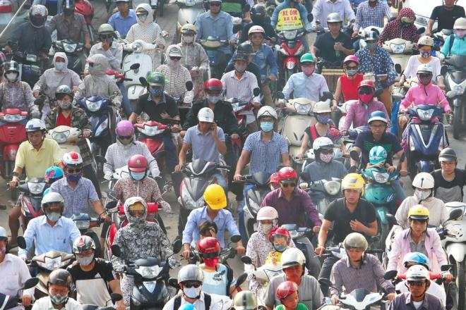 minor-accident-causes-severe-traffic-jam-in-hanoi-1