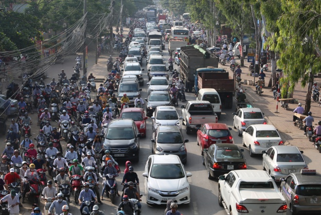 minor-accident-causes-severe-traffic-jam-in-hanoi-2