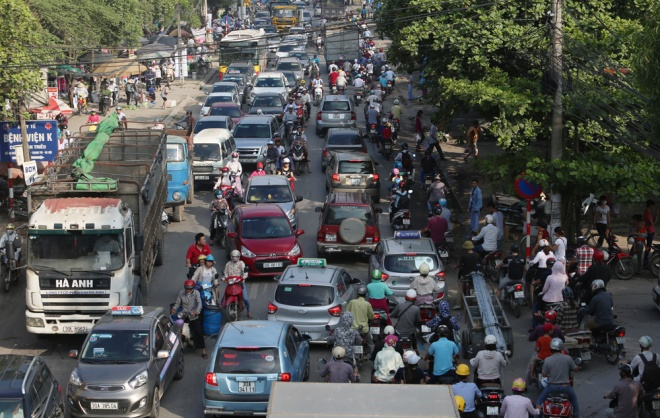 minor-accident-causes-severe-traffic-jam-in-hanoi-3