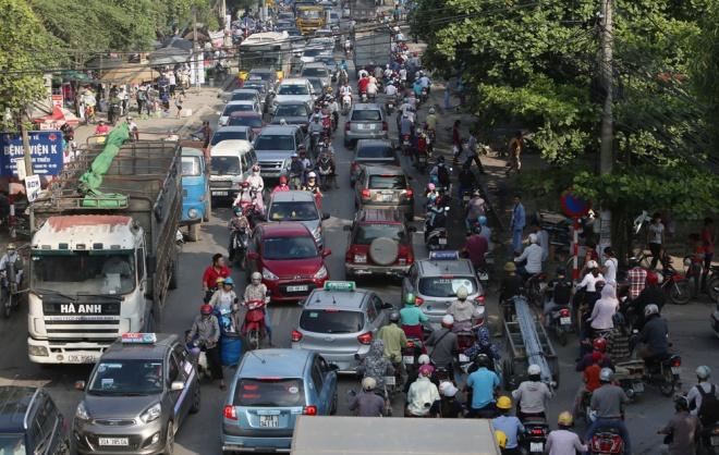 minor-accident-causes-severe-traffic-jam-in-hanoi-3