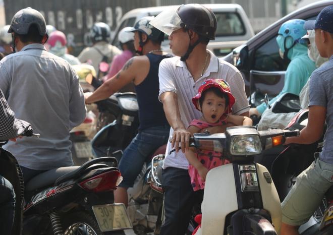 minor-accident-causes-severe-traffic-jam-in-hanoi-4