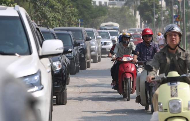 minor-accident-causes-severe-traffic-jam-in-hanoi-5
